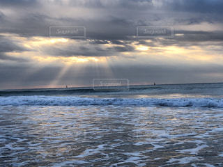 海,空,太陽,朝日,ビーチ,雲,波,水面,海岸,光,くもり
