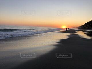 自然,海,空,屋外,太陽,朝日,砂,ビーチ,雲,砂浜,夕暮れ,水面,海岸,釣り人,正月,お正月,新年