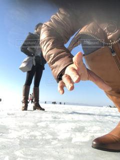 雪の中で自分撮りをする人の写真・画像素材[2702762]