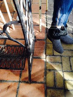 カフェでランチ待ちふと見た友達のブーツとバックの背景ご素敵だからパチリ!の写真・画像素材[2709987]