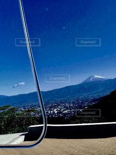 車中泊の旅で車にうつる富士山の写真・画像素材[2712176]