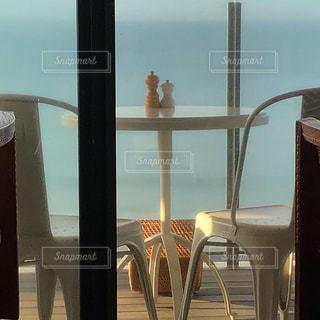 窓の前のダイニングルームのテーブルの写真・画像素材[2737956]
