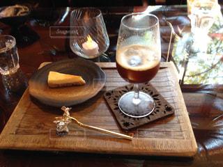木製のテーブルの上のアイスコーヒーとケーキの写真・画像素材[2738050]