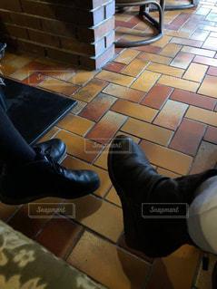 カフェでブーツの写真・画像素材[2754549]