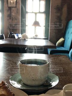 テーブルの上のコーヒー1杯の写真・画像素材[2766811]