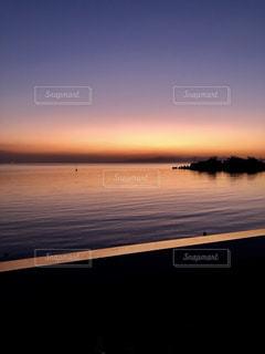 水域に沈む夕日の写真・画像素材[2794422]