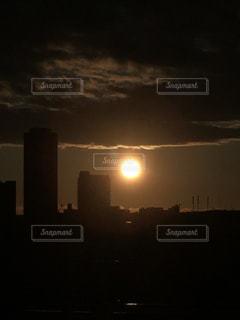 空,屋外,太陽,雲,光,高層ビル,日の出,くもり