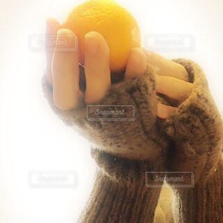黄色,手持ち,人物,みかん,ポートレート,ライフスタイル,手元,みかんをもつ手