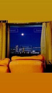 部屋から月の写真・画像素材[3920114]