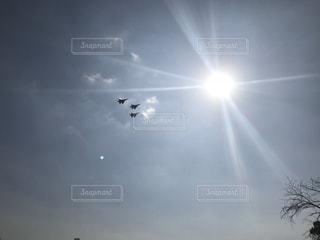 空,鳥,屋外,太陽,雲,晴れ,晴天,飛行機,日光,飛ぶ,光,宮崎,明るい,航空機,空気,くもり,景観,日中,クラウド,新田原