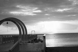 輝く海、静かな桟橋の写真・画像素材[2675508]