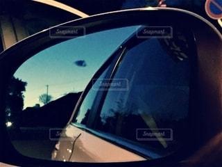 サイドミラーから覗く青の写真・画像素材[2717528]