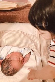 ベッドで寝ている赤ん坊の写真・画像素材[2795453]