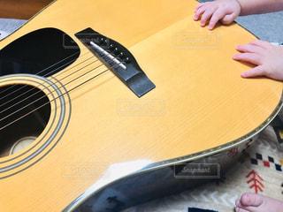 ギターに興味津々の写真・画像素材[2814413]