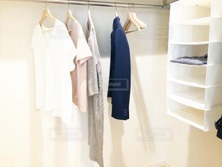 ファッション,春,屋内,コート,日常,洋服,棚,シンプル,服,シャツ,ミニマム,生活,ホワイト,ライフスタイル,断捨離,収納,ラック,クローゼット,スッキリ,整理,ブティック,すっきり,ミニマリスト,衣替え,ミニマリズム,整理整頓,スリーブ,出品,見直し,白基調,ファッション ・ デザイン,見直す