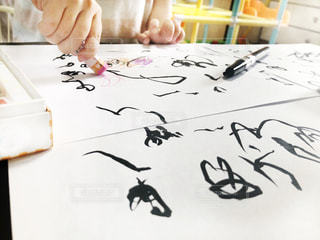 クレヨンと筆ペンでお絵描きする子どもの写真・画像素材[3227440]