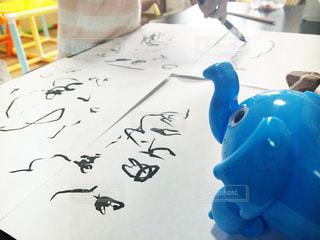 子ども,楽しい,ペン,おもちゃ,幼児,石,見守る,趣味,驚き,2歳,発見,成長,手書き,紙,墨,筆,おえかき,筆ペン,ぞうさん,楽しむ,子ども部屋,工夫,図面,一日,おうち時間,部屋遊び,自粛,筆遊び
