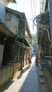 小道を歩くの写真・画像素材[4213839]