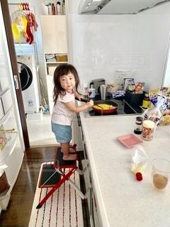 料理をしたくなった2歳児の写真・画像素材[2678556]