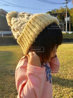 帽子をかぶった小さな女の子の写真・画像素材[2703900]