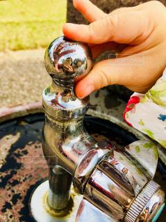 水飲み場に映る女の子の写真・画像素材[2710618]