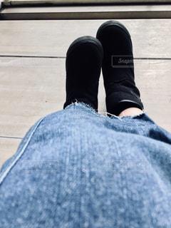 黒いブーツ履いた足のクローズアップの写真・画像素材[2713727]