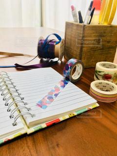 木製のテーブルの上にある文房具の写真・画像素材[2733312]