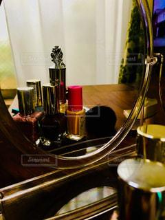 テーブルの上のマニキュアの写真・画像素材[2733328]