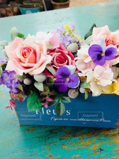 テーブルの上の花の写真・画像素材[2733532]