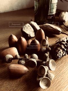 木製のテーブルの上のどんぐりの写真・画像素材[2799072]