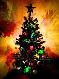 暗い部屋のクリスマスツリーの写真・画像素材[2805409]