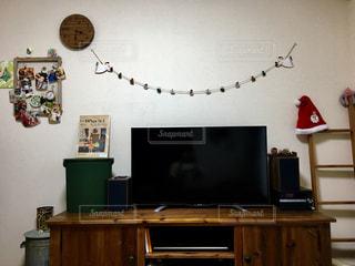 テレビ付きのリビングルームの写真・画像素材[2806578]