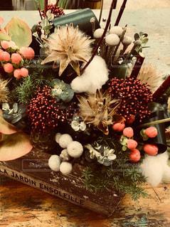 ドライフラワーと生花を使ったアレンジの写真・画像素材[2817087]