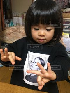 テーブルの横にいる小さな女の子の写真・画像素材[2851301]