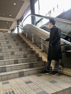 男性,1人,ファッション,階段,黒,コート,人物,人,コーディネート,コーデ,ブラック,黒コーデ