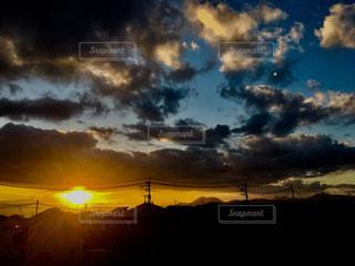 夕暮れ時の空の雲の写真・画像素材[2865753]