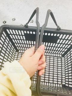 買い物かごを持って買い物する人の写真・画像素材[2891448]