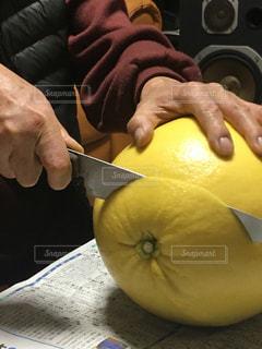 果物を包丁で切る手の写真・画像素材[2902534]