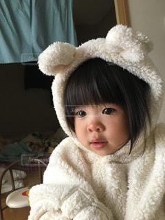 くま耳もこもこの小さな女の子のクローズアップの写真・画像素材[2904377]