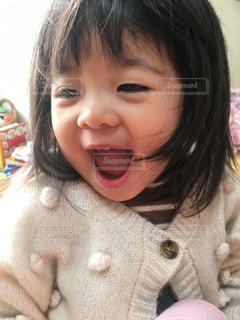 小さな女の子が満面の笑みの写真・画像素材[2910848]