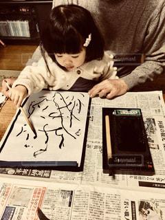書初めをする小さな女の子の写真・画像素材[2922487]
