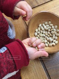 豆まきをする子どもの手の写真・画像素材[2922997]