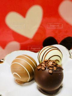 皿の上のチョコレートのクローズアップの写真・画像素材[2930679]