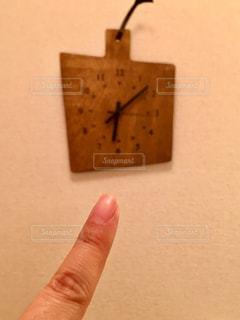 時計を指差してるの写真・画像素材[2942197]