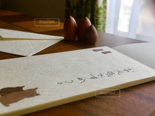 机で手紙を書くの写真・画像素材[2963445]