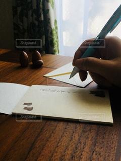 手紙を書く人の写真・画像素材[2963446]