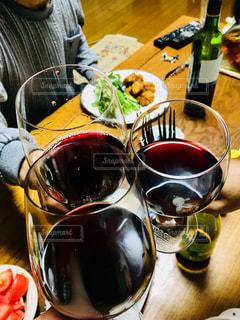 家族,3人,食べ物,飲み物,食事,人物,人,イベント,食器,ワイン,グラス,乾杯,ドリンク,パーティー,手元,ワイングラス