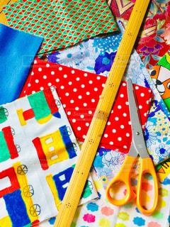 色とりどりの布と裁縫道具の写真・画像素材[3108213]