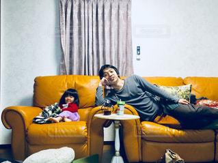 ソファでリラックスタイムの親子の写真・画像素材[3171049]