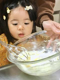 親子でお菓子作りの写真・画像素材[3195900]
